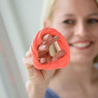 Η θεραπευτική πλαστελίνη Sissel Theraputty δίνει πολλές δυνατότητες άσκησης του χεριού και των δακτύλων